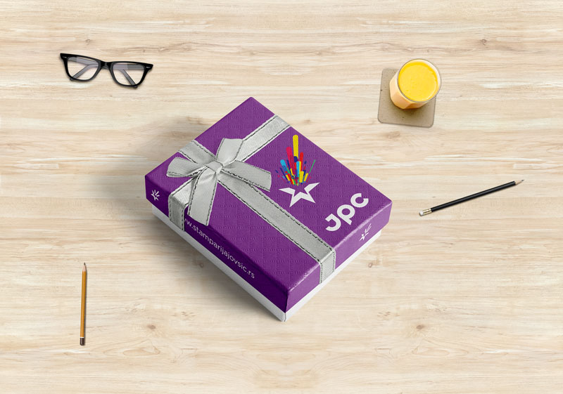 Poklon Kutija JPC na stolu