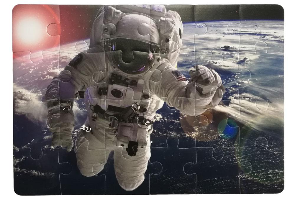 foto puzzla astronaut u akciji iznad Zemlje