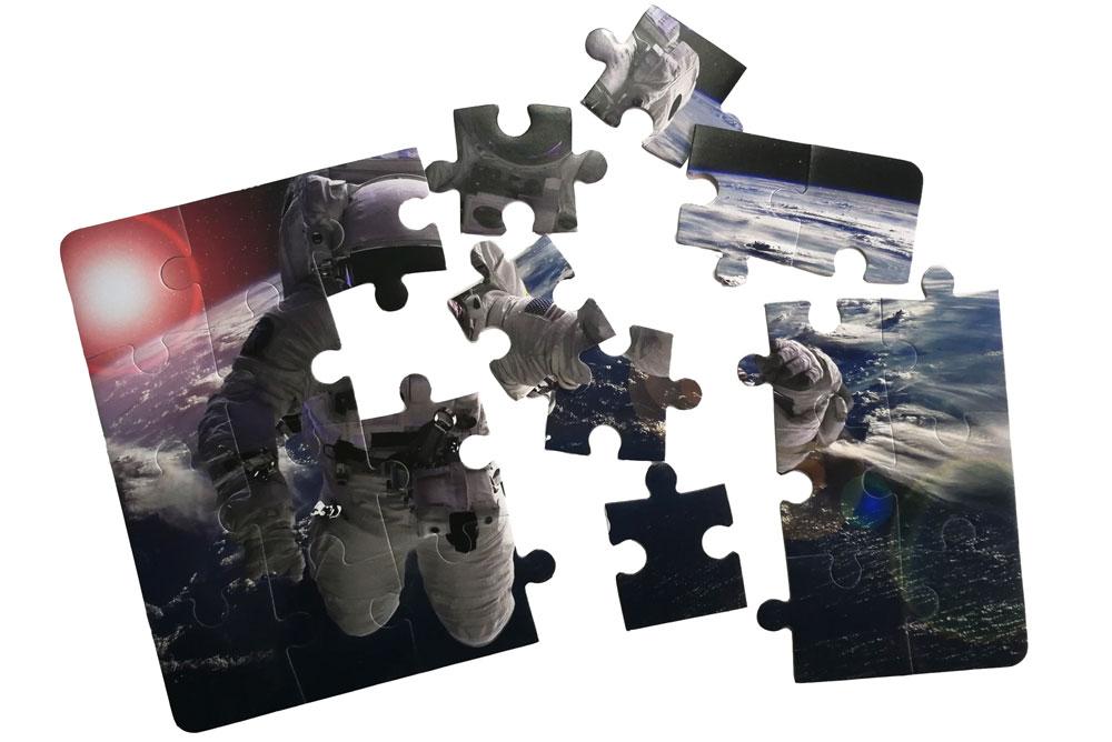 rasturena puzla sa astronautom za sklapanje