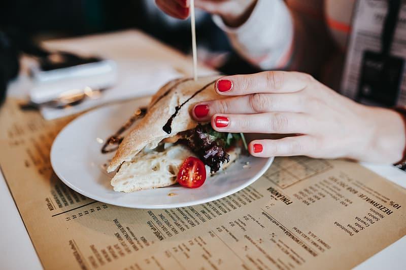 podmetac ispod tanjira sa sendvičem