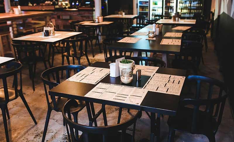 restoran sa podmetacima na stolovima